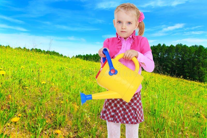Bambina con acqua gialla immagine stock