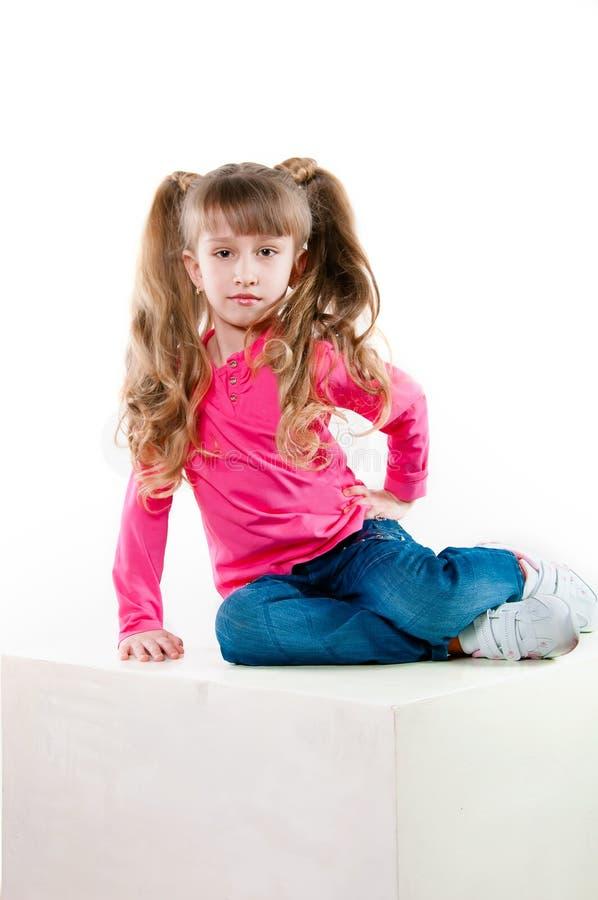 Bambina con capelli lunghi in una blusa rosa immagini stock