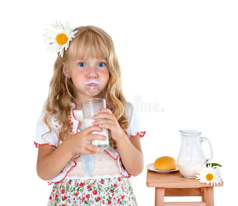 Bambina con i baffi del latte immagini stock libere da diritti