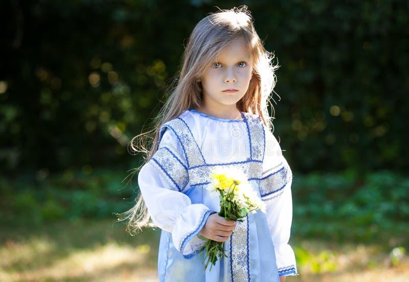 Bambina con i fiori fotografia stock