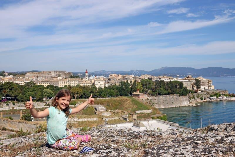 Download Bambina Con I Pollici Su Nella Città Grecia Di Corfù Immagine Stock - Immagine di cheerful, successo: 56888761