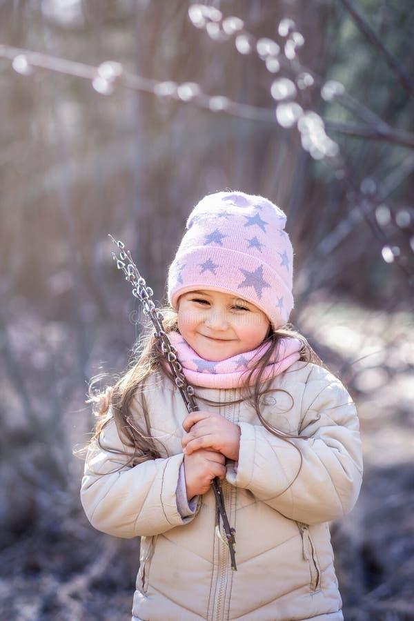 Bambina con i ramoscelli del salice nella foresta in primavera fotografia stock libera da diritti