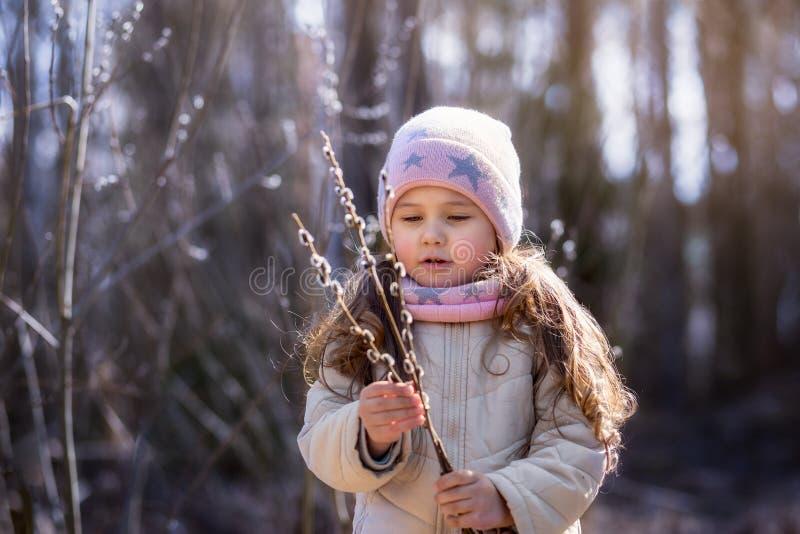 Bambina con i ramoscelli del salice nella foresta in primavera immagine stock libera da diritti