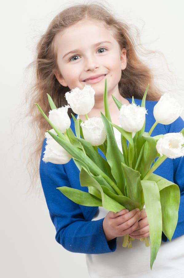Bambina con i tulipani fotografia stock libera da diritti