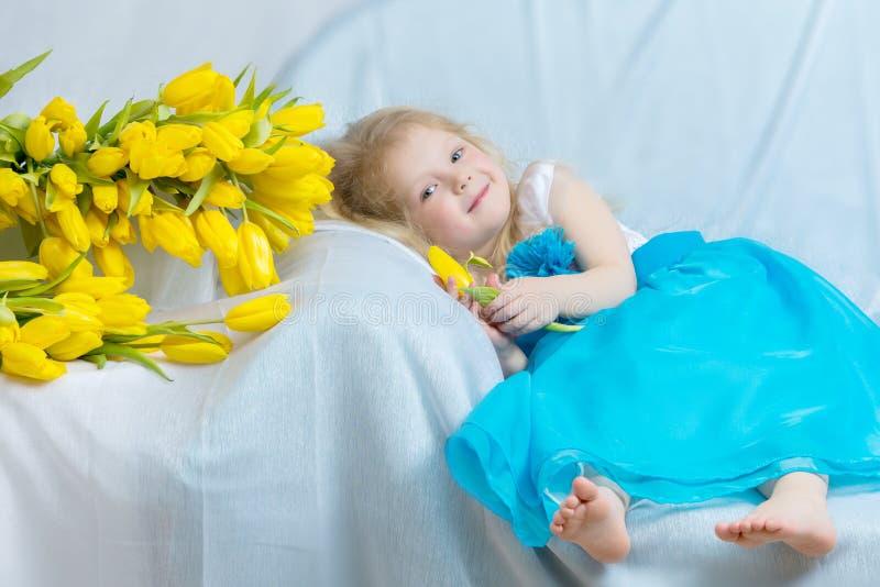Bambina con i tulipani gialli immagini stock libere da diritti