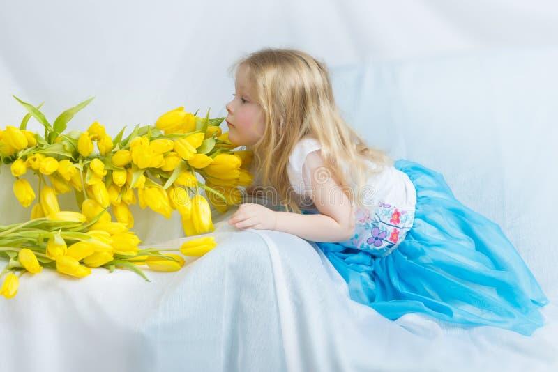 Bambina con i tulipani gialli immagine stock libera da diritti