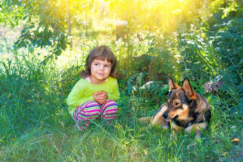 Bambina con il cane fotografia stock
