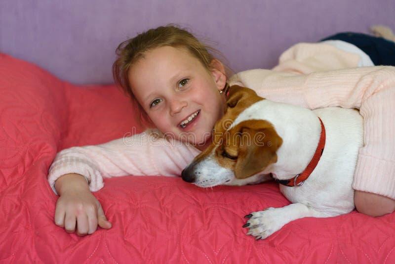 Bambina con il cane a casa in stanza dei giochi fotografia stock libera da diritti
