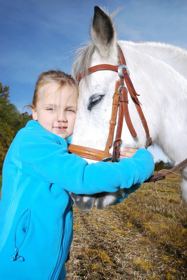 Bambina con il cavallino fotografia stock libera da diritti