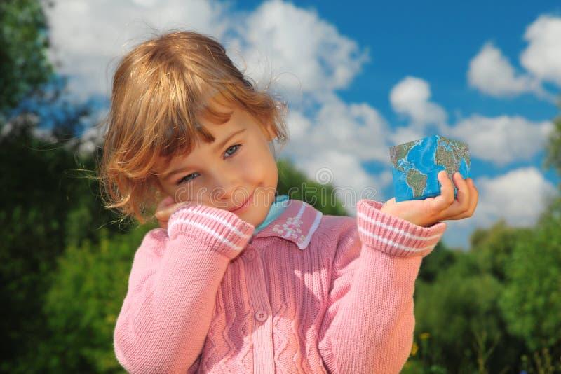 Bambina con il cubo della terra esterno in estate immagine stock libera da diritti