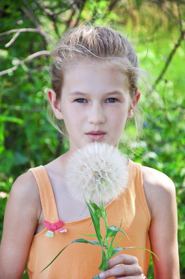 Bambina con il dandellion fotografia stock libera da diritti