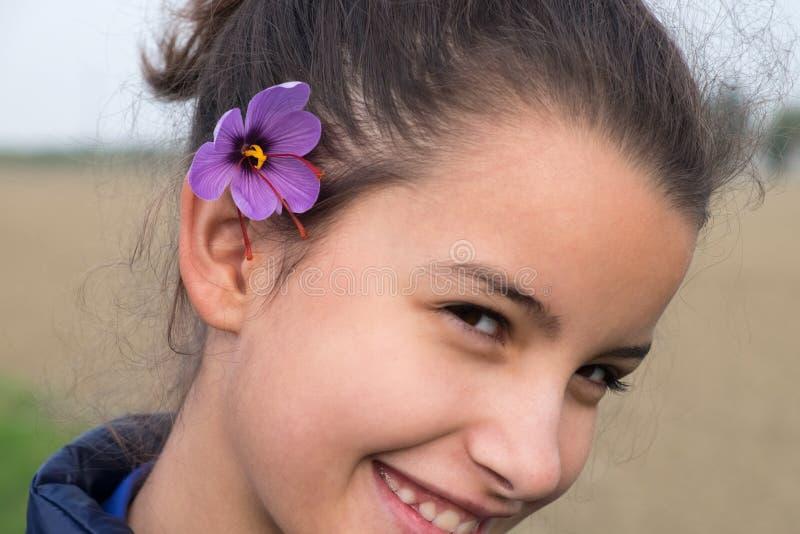 Bambina con il fiore dello zafferano immagini stock