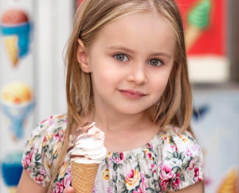 Bambina con il gelato fotografia stock libera da diritti