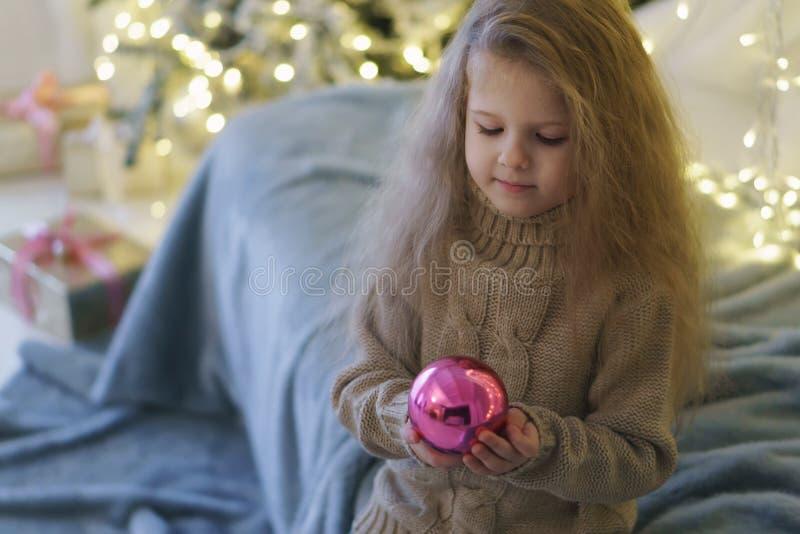 Bambina con il giocattolo di natale fotografia stock