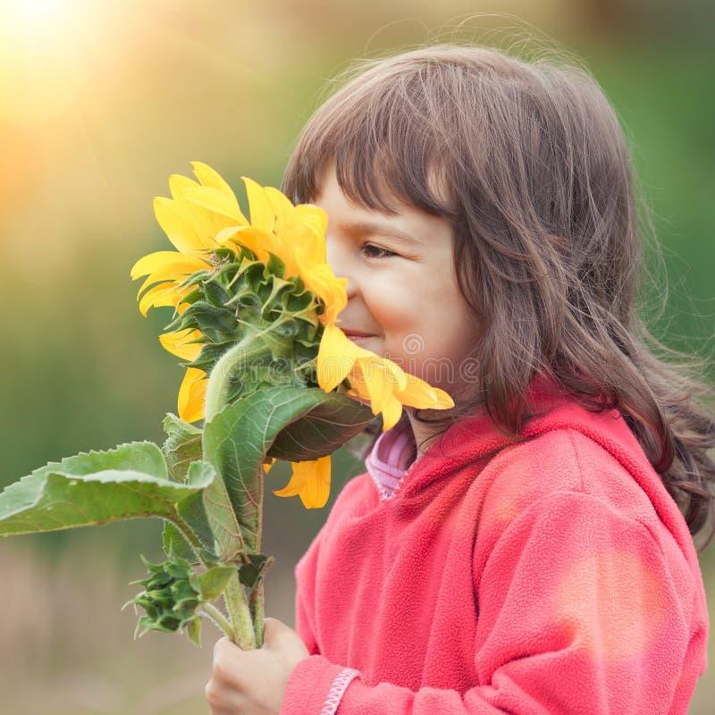 Bambina con il girasole fotografia stock