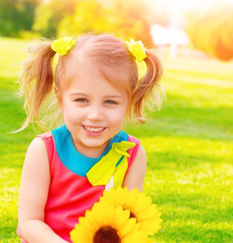 Bambina con il mazzo dei girasoli fotografia stock