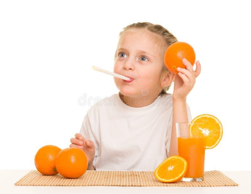 Bambina con il succo dell'aranciata con paglia immagine stock libera da diritti