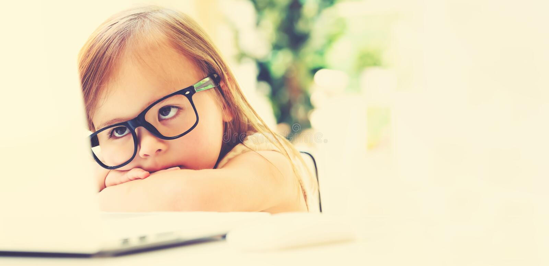 Bambina con il suo computer portatile immagine stock