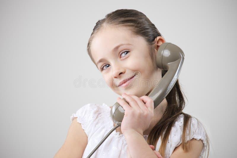 Bambina con il telefono dell'annata fotografie stock libere da diritti