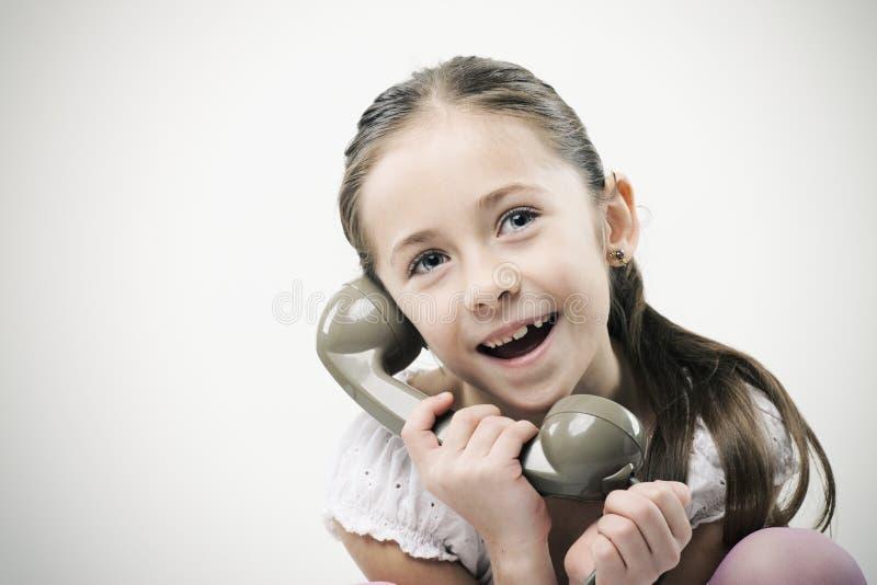 Bambina con il telefono dell'annata immagine stock