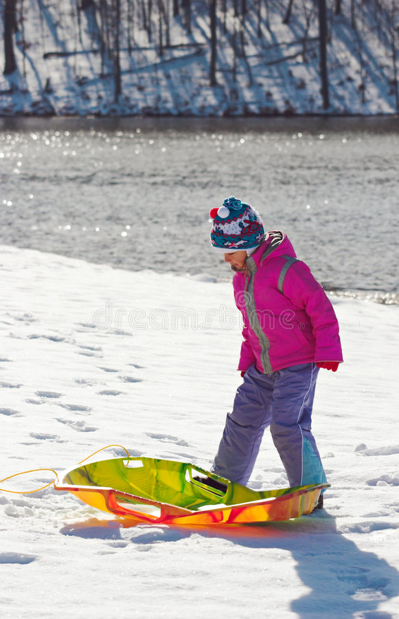 Bambina con il toboggan fotografie stock libere da diritti