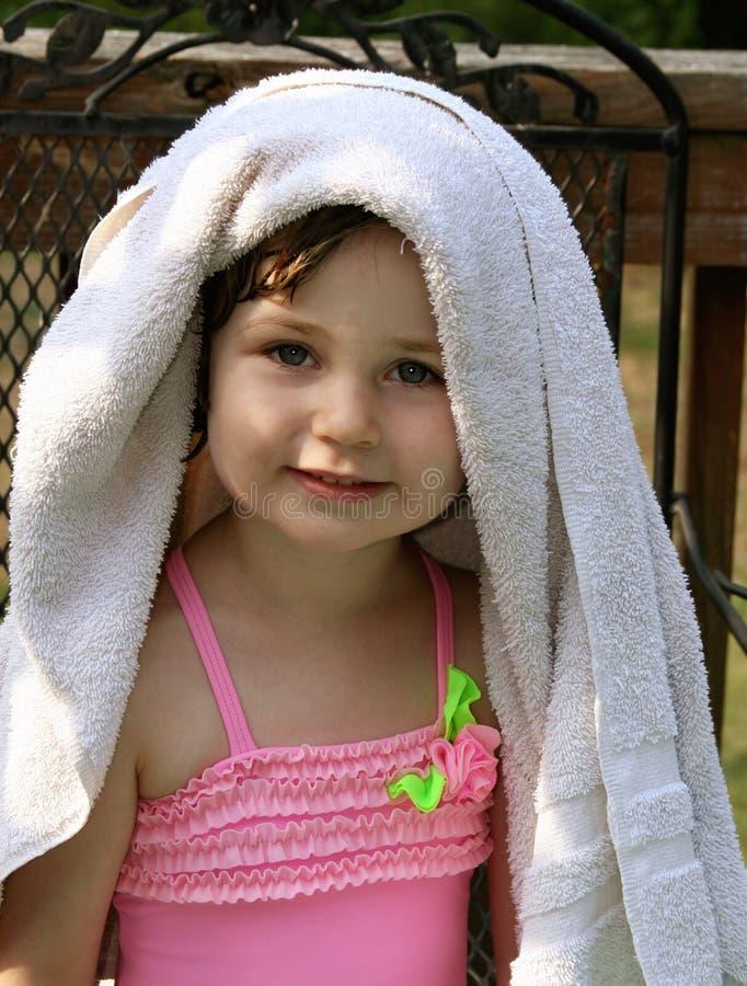 Bambina con il tovagliolo fotografia stock
