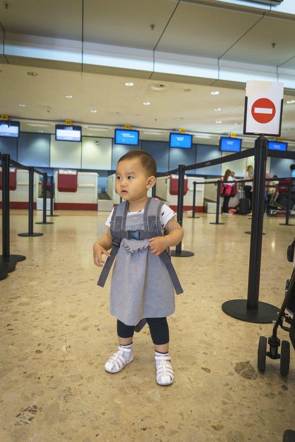 Bambina con il viaggio della valigia nell'aeroporto immagine stock libera da diritti