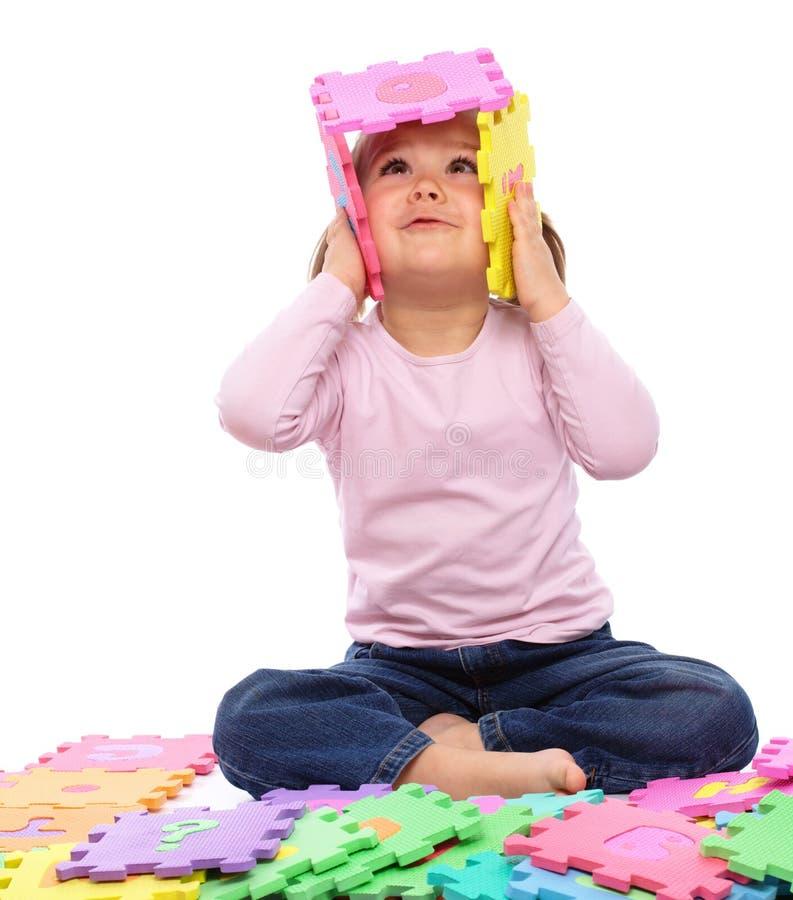 Bambina con l'alfabeto immagini stock libere da diritti