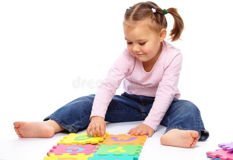 Bambina con l'alfabeto fotografie stock libere da diritti