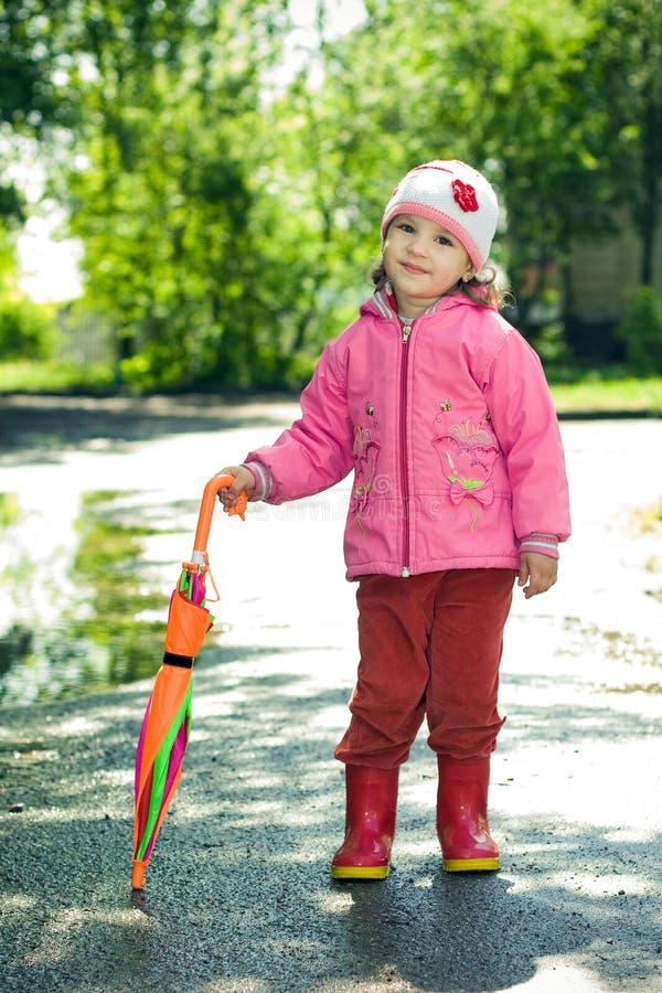 Bambina con l'ombrello fotografia stock