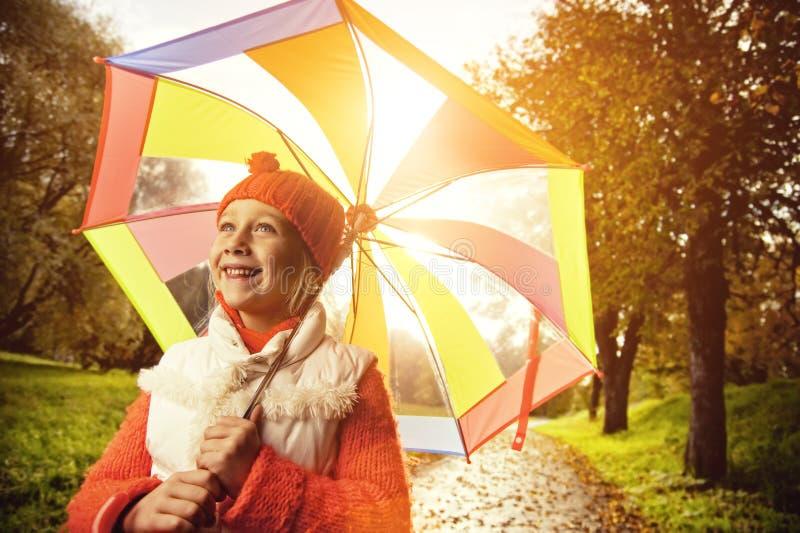 Bambina con l'ombrello variopinto fotografia stock libera da diritti