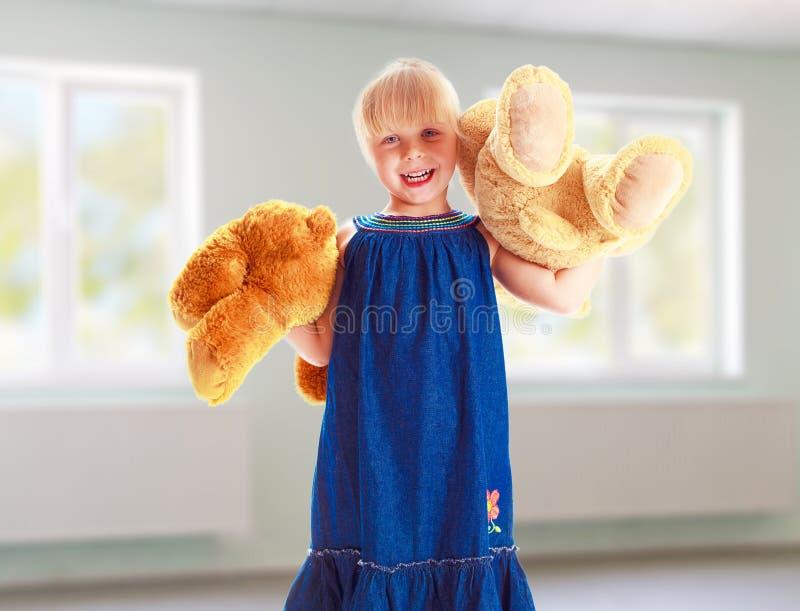 Bambina con l'orso di orsacchiotto fotografia stock