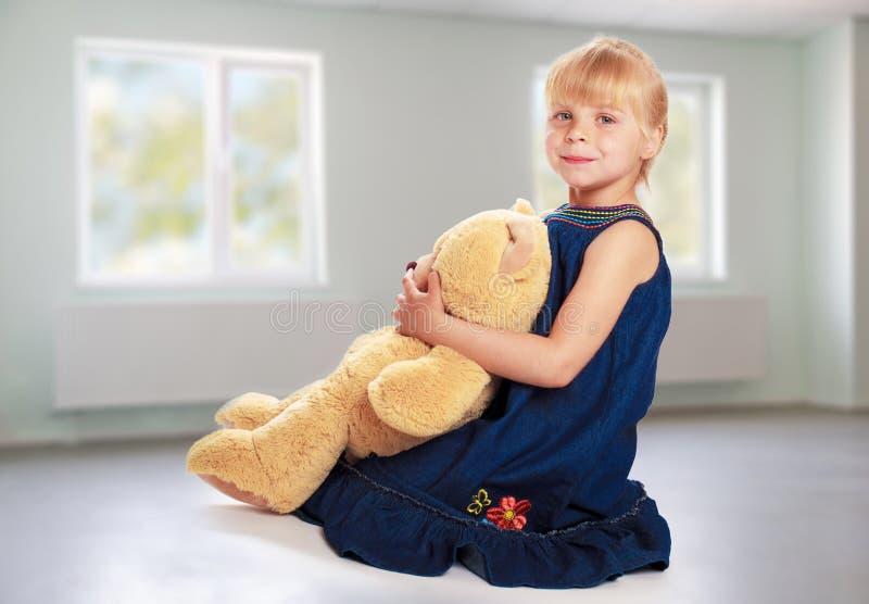 Bambina con l'orso di orsacchiotto immagini stock