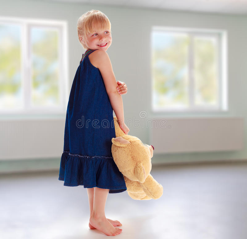 Bambina con l'orso di orsacchiotto immagine stock libera da diritti