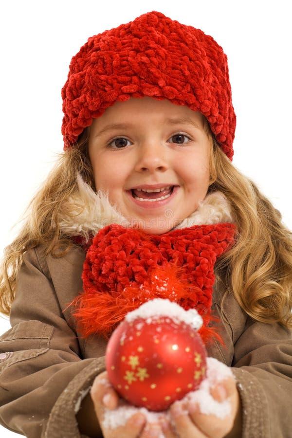 Bambina con la bagattella nevosa di natale fotografia stock libera da diritti
