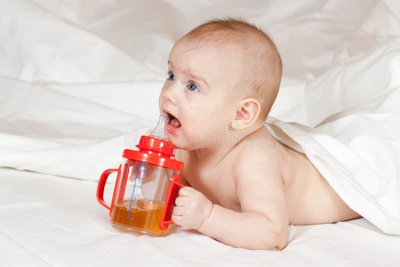 Bambina con la bottiglia di bambino fotografia stock