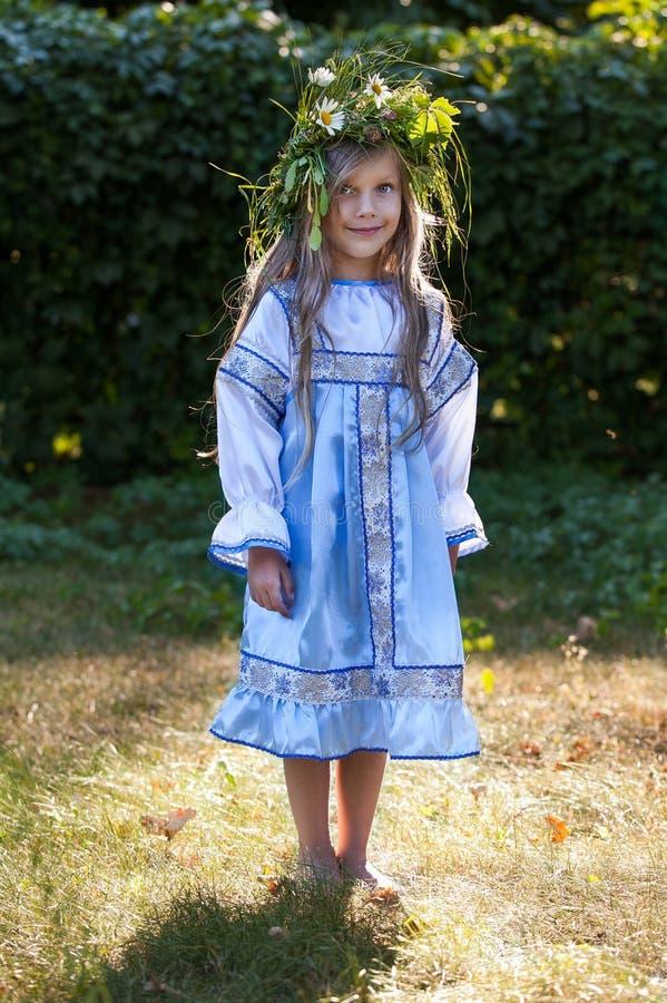 Bambina con la corona del fiore fotografie stock libere da diritti