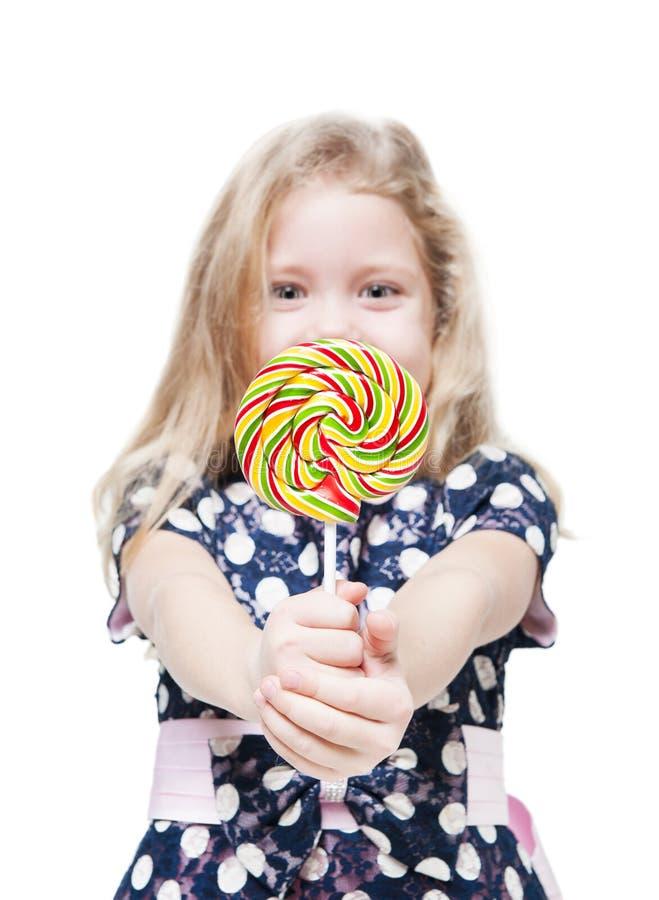 Bambina con la lecca-lecca isolata Fuoco sulla caramella fotografie stock
