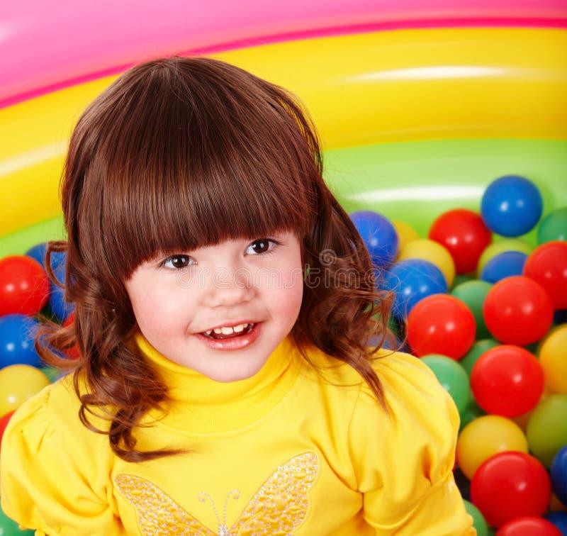 Bambina con la sfera del gruppo. immagine stock libera da diritti