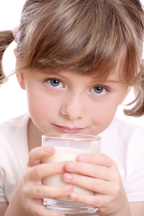 Bambina con latte immagini stock