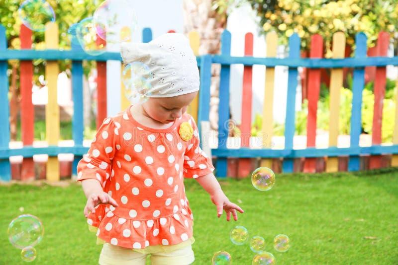 Bambina con le bolle immagine stock