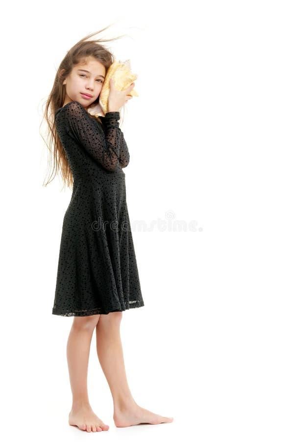 Bambina con le coperture del mare immagine stock