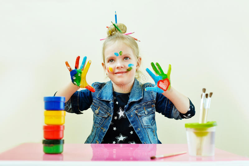 Bambina con le mani in pittura fotografia stock libera da diritti