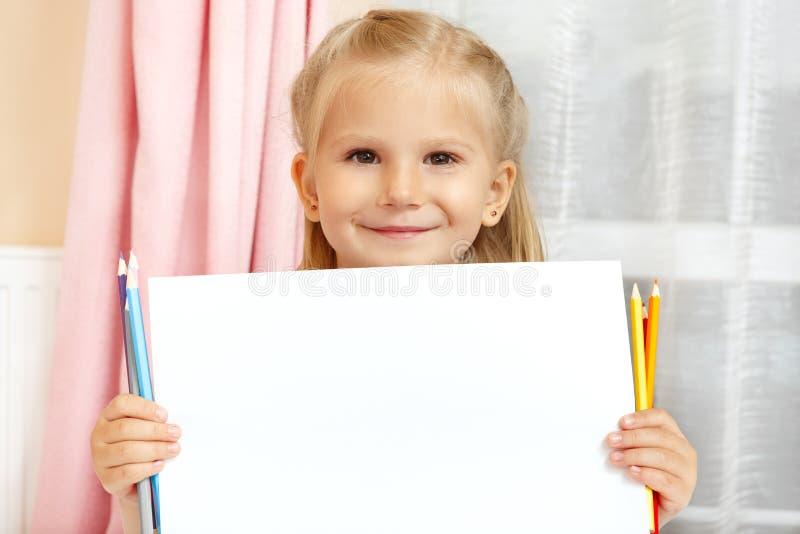 Bambina con le matite fotografia stock libera da diritti