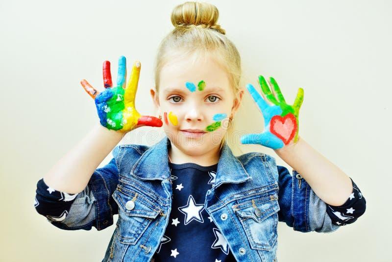 Bambina con le sue mani in pittura immagine stock libera da diritti