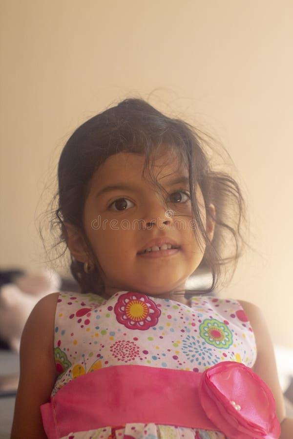 Bambina con lo sguardo e sorridere svegli fotografie stock