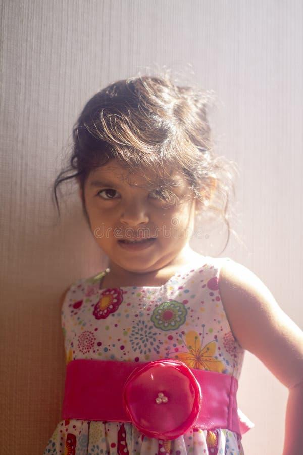 Bambina con lo sguardo e sorridere svegli fotografia stock libera da diritti
