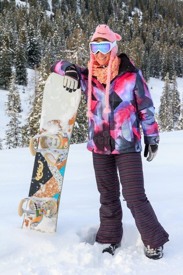 Bambina con lo snowboard nella neve fotografia stock libera da diritti