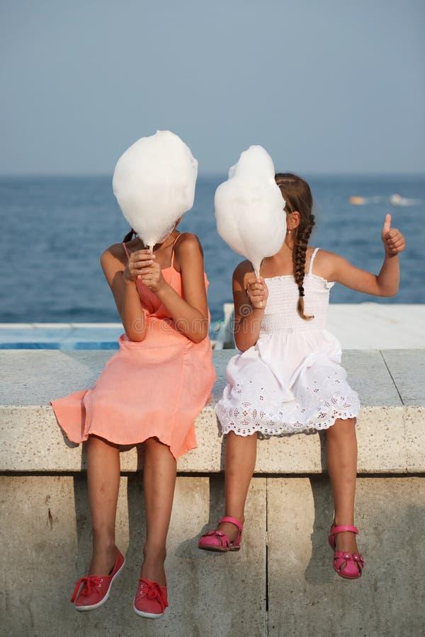 Bambina con lo zucchero filato immagini stock