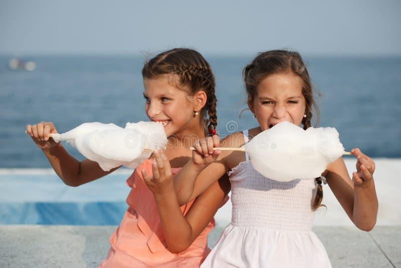 Bambina con lo zucchero filato fotografie stock
